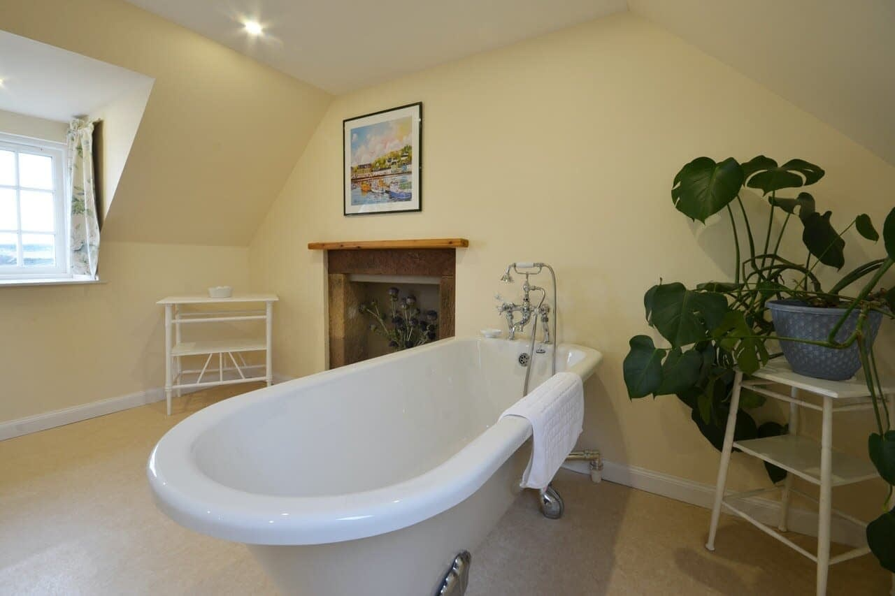 Roll top bath Customs House - Dunrobin Holiday Cottages, Caithness
