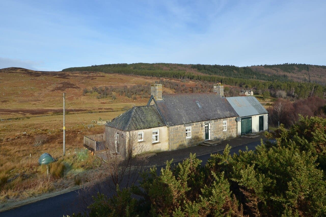 Ample parking Keepers Cottage - Dunrobin Holiday Cottages, Caithness