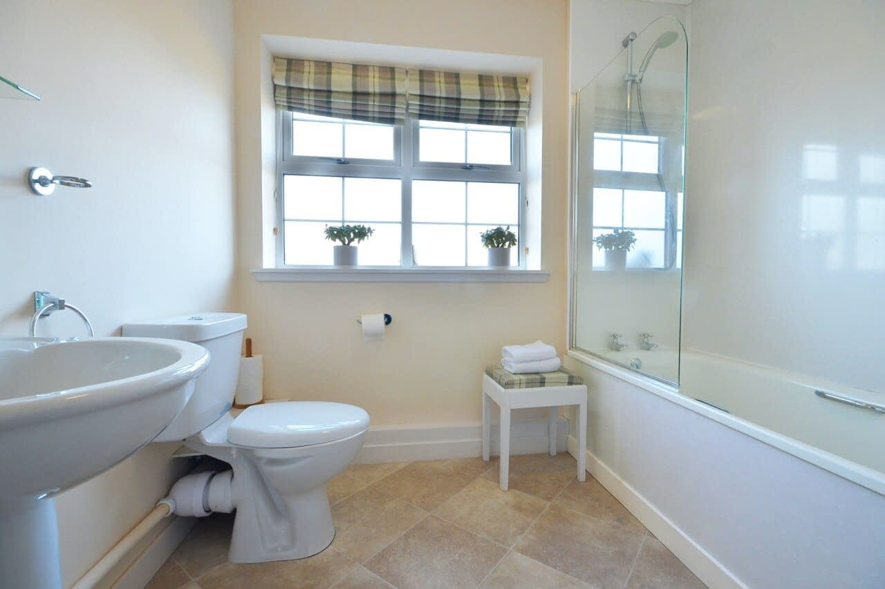 Bathroom Keepers Cottage - Dunrobin Holiday Cottages, Caithness