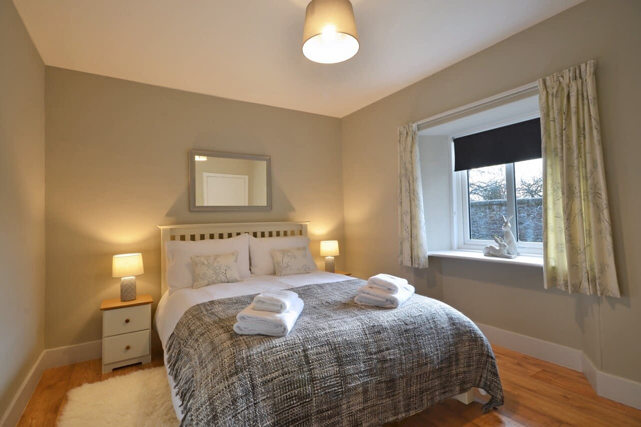 Ground-floor double bedroom Snowdrop Cottage - Dunrobin Holiday Cottages, Caithness
